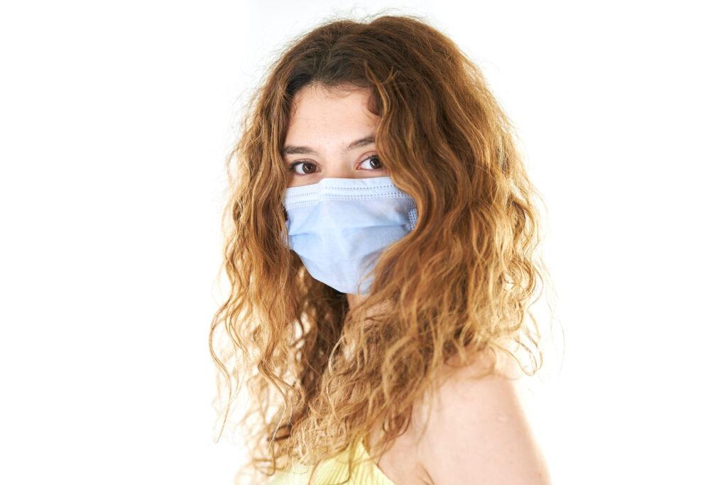 Nasen-Op in der Corina-Zeit: frau mit Schutzmaske