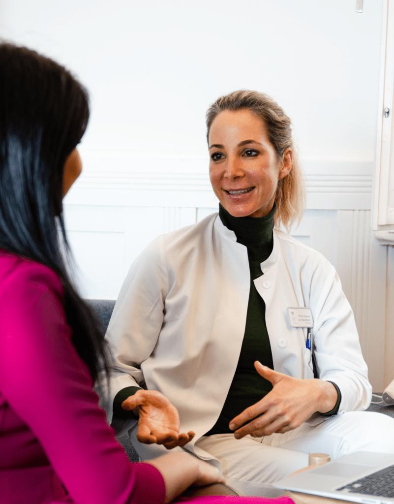 Nasen-op in München: Dr. Vanessa von Holzschuher bespricht eine Nasenkorrektur mit einer Patientin
